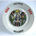02044.3 Сувенирна керамична чиния с танцьори и надпис Балчик 20 см
